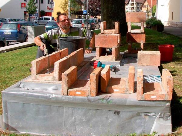 Gerhard Schwarz beim aufwendigen Aufbau seiner Skulptur im Pfarrgarten.