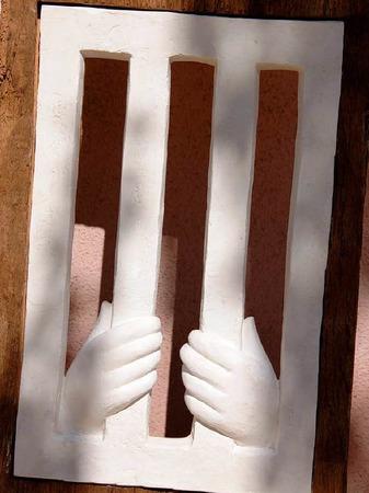 """Detail aus dem Gipsmodell von Peter Kleins Skulptur """"Begegnung"""", die die sieben Werke der Barmherzigkeit aufgreift."""