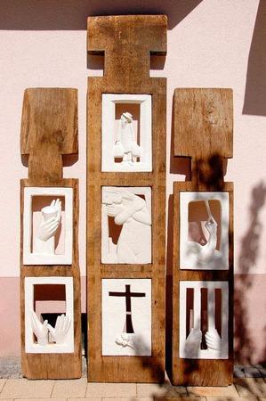 """Gipsmodell von Peter Kleins Skulptur """"Begegnung"""", die die sieben Werke der Barmherzigkeit aufgreift."""