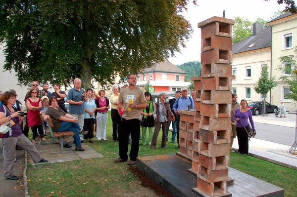 Reges Interesse beim Skulpturenspaziergang: Gerhard Schwarz erläutert sein Werk dem kunstinteressierten Publikum.
