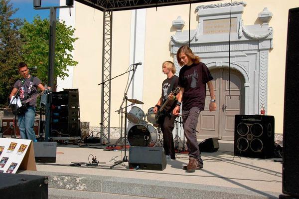 """Am Nachmittag spielten die Stühlinger Lokalmatadore von """"Killing Sound"""" auf der Bühne vor der Kirche."""