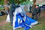 Fotos: Polizisten r�umen die Zeltstadt im Stuttgarter Schlossgarten