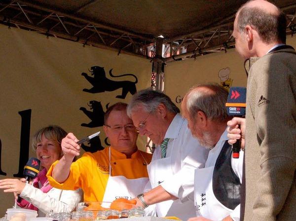 Begleitet von den Moderatoren Petra Kleion (links) und Michael Kost (rechts) kochte auch Löffingens Schultes Norbert Brugger mit.