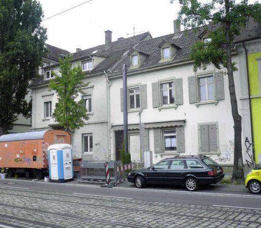 Von den häusern günterstalstraße 28 und 30 blieb nur eine baugrube
