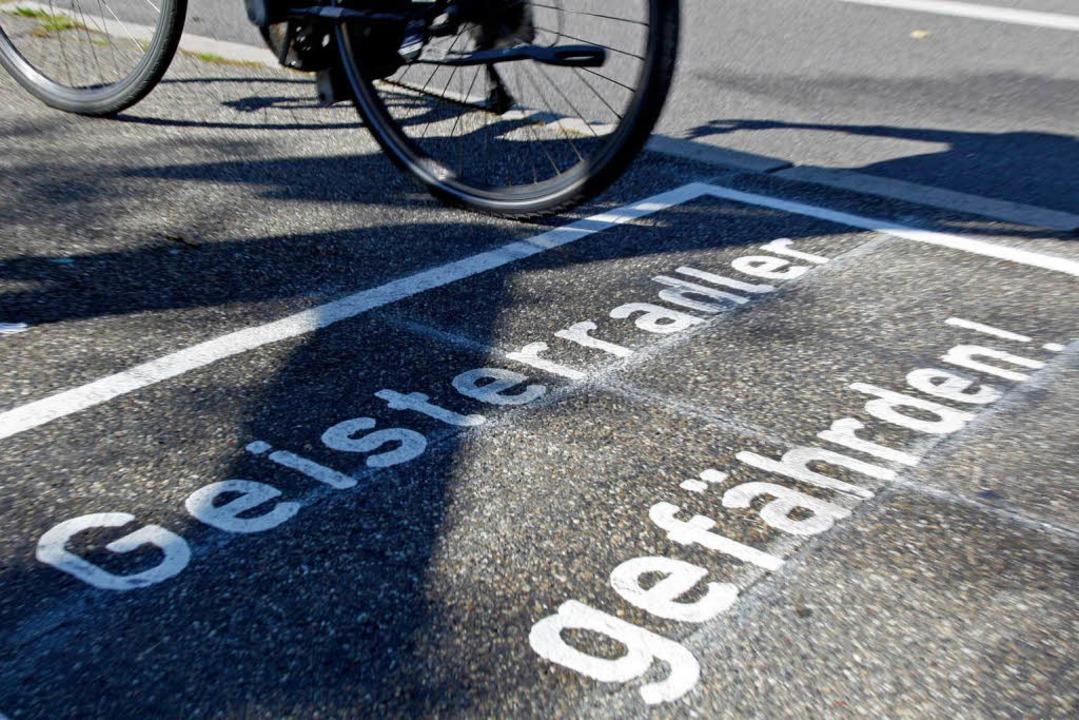 Warnhinweise sollen Fahrradfahrer vom ...n abhalten. Bisher mit mäßigem Erfolg.  | Foto: Benedikt Plesker