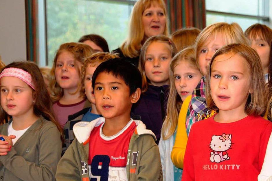 """Die Viertklässler der Marie-Luise-Kaschnitz-Schule begrüßen die elsässischen Gäste mit dem Lied """"Bonjour, ca va?"""" (Foto: Silvia Faller)"""