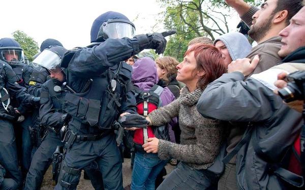 Die Polizei geht mit Gewalt gegen die friedlichen Demonstranten vor.