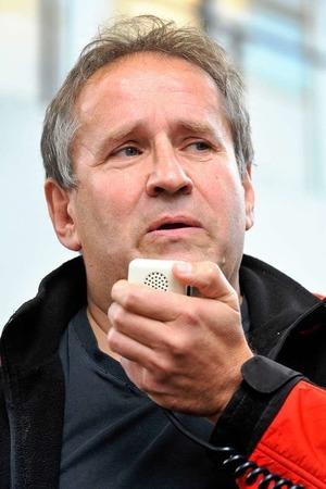 Am Mikrofon: Der Kabarettist Matthias Deutschmann.