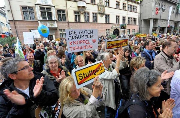 Rund 400 Menschen demonstrierten vor dem Freiburger Regierungspräsidium und in der Kaiser-Jospeh-Straße gegen das Stuttgarter Großprojekt.