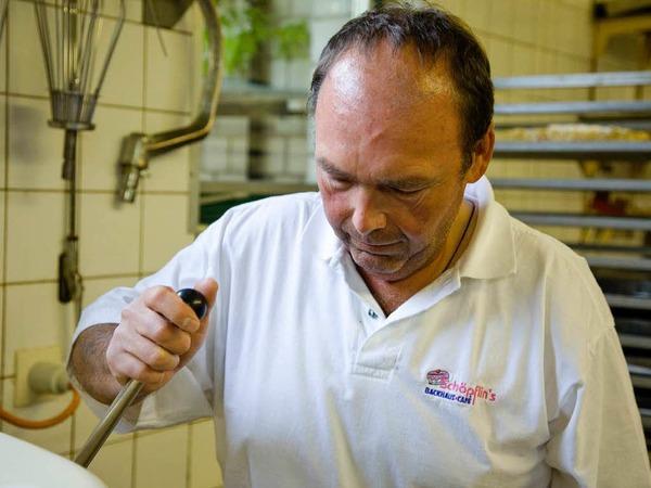 Martin Schöpflin stellt die Rührmaschine an, ...