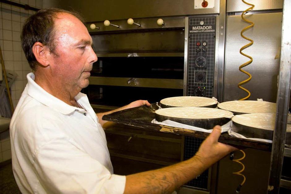 … und den Biskuitboden etwa 40 Minuten im Ofen backen. (Foto: Dominic Rock)
