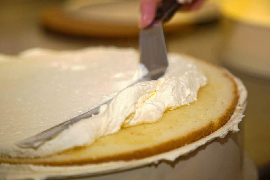 … ein dünner Biskuit aus dem mittleren Teil und eine weitere Schicht Creme. (Foto: Dominic Rock)