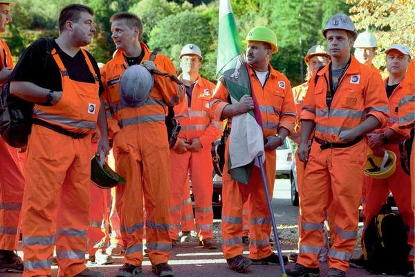 Bergleute warten darauf, dass die Bohrmaschine Sissi den Durchbruch schafft.