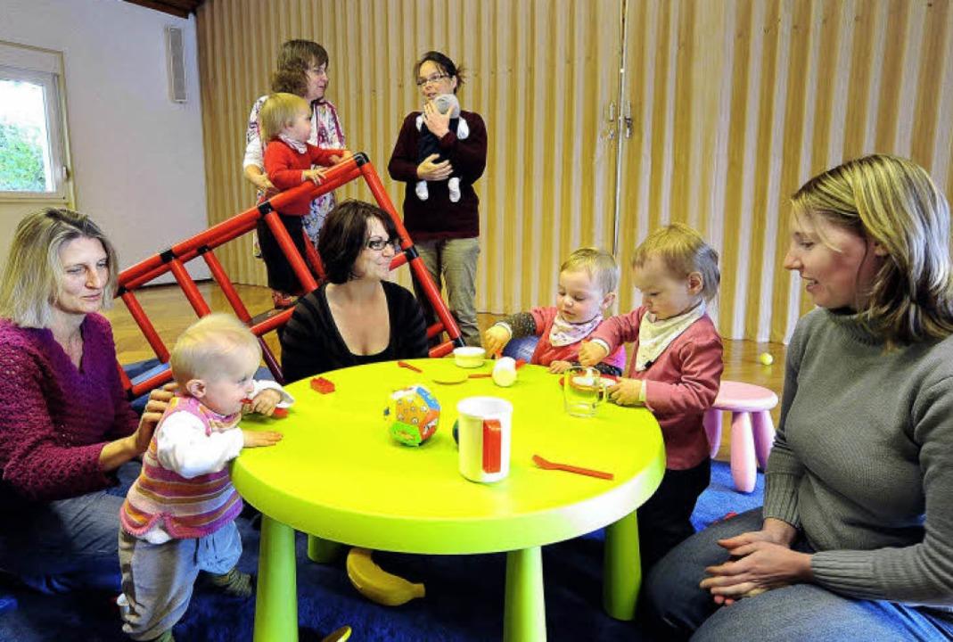 Immer wieder dienstags treffen sich Mü...Kleinkindern im Fritz-Hüttinger-Haus.     Foto: Thomas Kunz