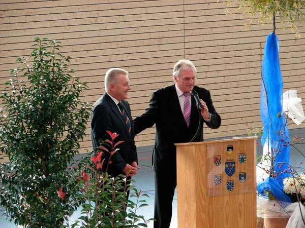 Endlich ist es soweit: Bürgermeister Norbert Brugger (rechts) dankt Wirtschaftsminister Ernst Pfister für seine Unterstützung bei der Realisierung des Millionenprojekts.