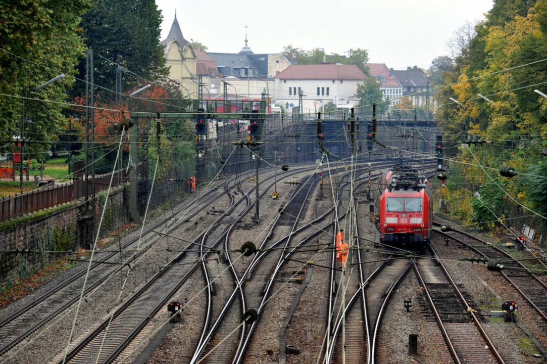 Die Bahntrasse durch Offenburg ist ein...ordnnung des Zugverkehrs am Oberrhein.  | Foto: dpa