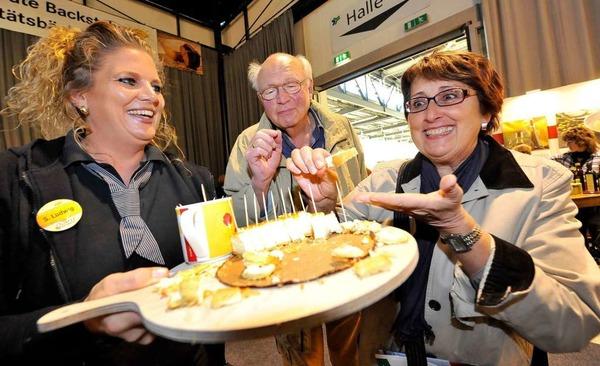 Sylvia Ludwig bietet Käsekuchen an, den sich Dieter Mohnert und Roswita Hin (rechts) sichtlich schmecken lassen.
