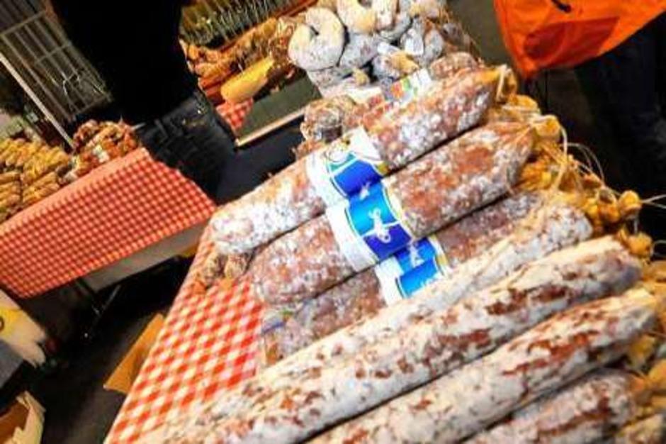 Kostproben italienischer Salami verteilt von Gianna Russo. (Foto: Michael Bamberger)