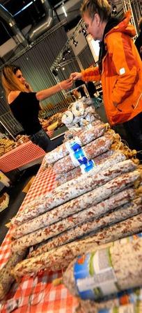 Kostproben italienischer Salami verteilt von Gianna Russo.
