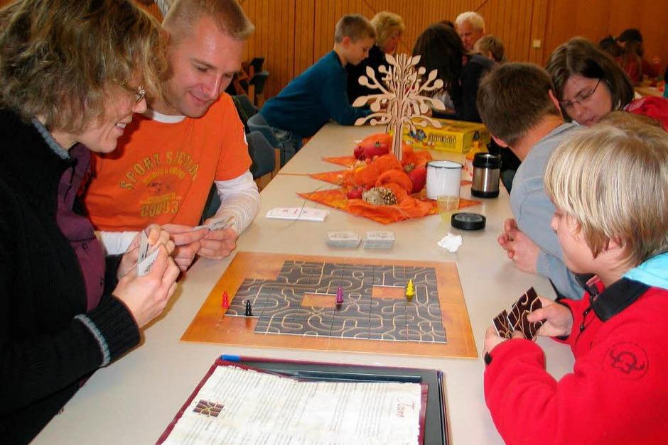 """Familie Armbrüster aus Heitersheim probiert  das Labyrinthspiel """"Tsuro"""" aus. (Foto: Jutta Schütz)"""