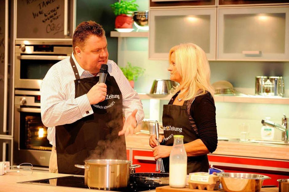 """Die BZ-Kochshow """"Badisch schmeckt`s"""" mit BZ-Herausgeber Christian Hodeige und Elke Schanz, die ihr prämiertes Kirsch-Grieß-Soufflé präsentierte. (Foto: Rita Eggstein)"""