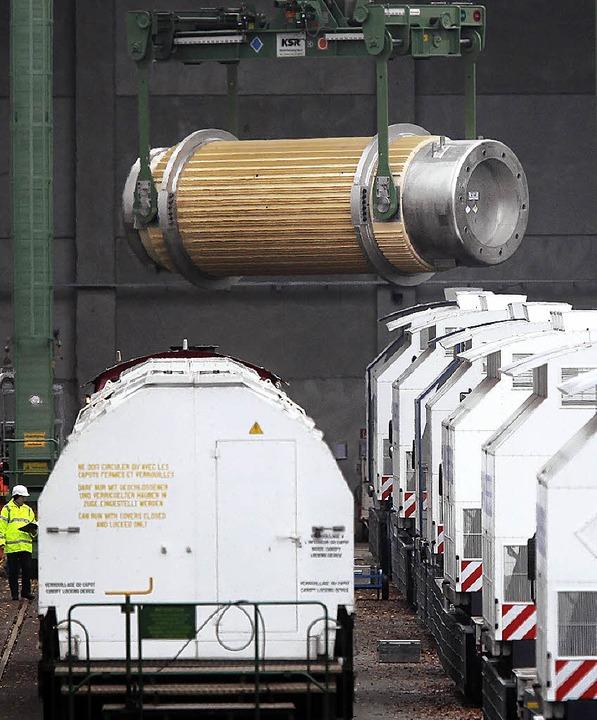 In Dannenberg werden die Castoren vom Güterwaggon auf Lastwagen umgeladen.  | Foto: dpa