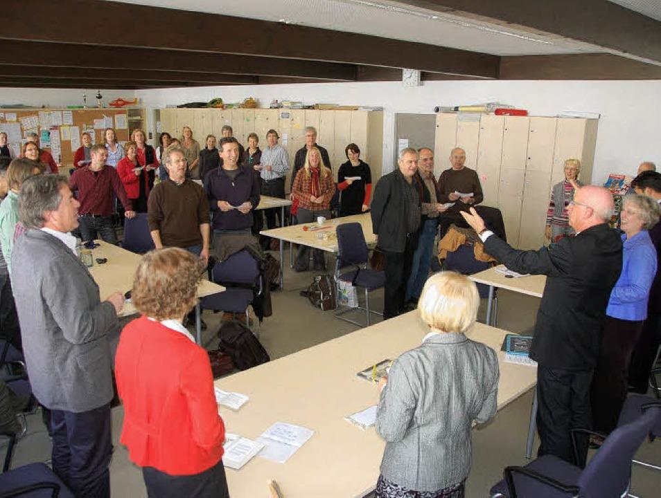 Den Jubelchor selbst zu dirigieren lie...er Denzlinger Realschule (links oben)     Foto: Frank Kiefer
