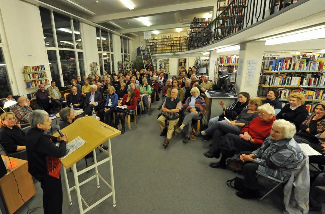 Ausstellungseröffnung in der Stadtbibliothek.  | Foto: Michael Bamberger