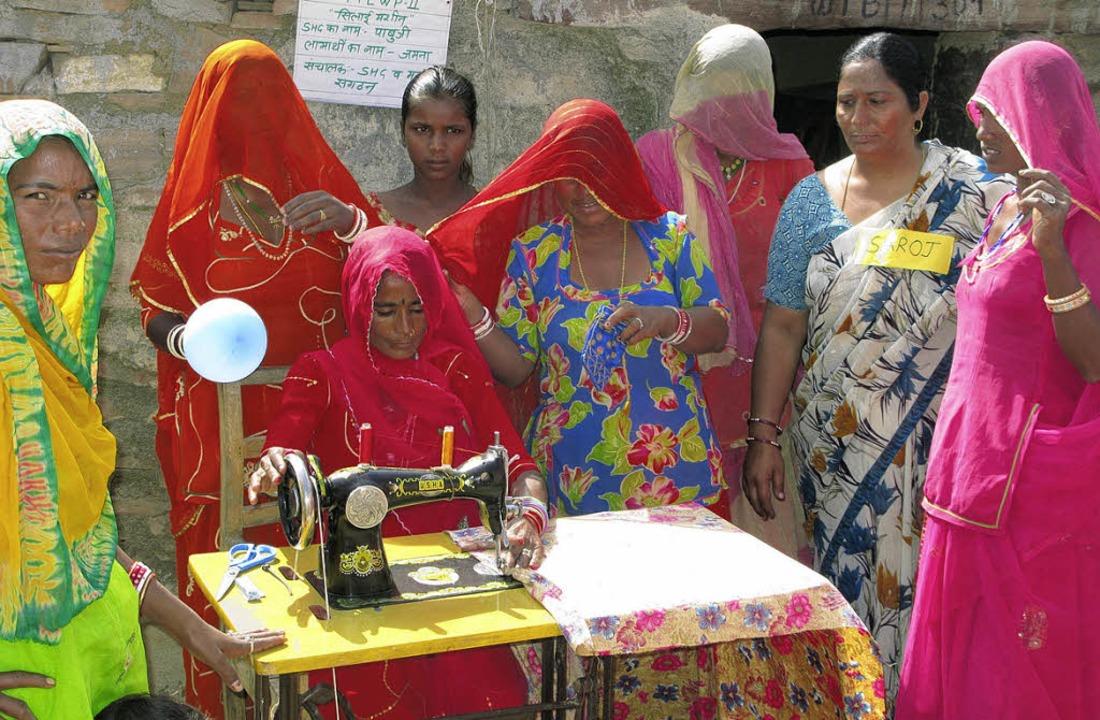 Eine Frauenselbsthilfegruppe im Steinbruchgebiet im indischen Rajasthan.    Foto: Walter Witzel