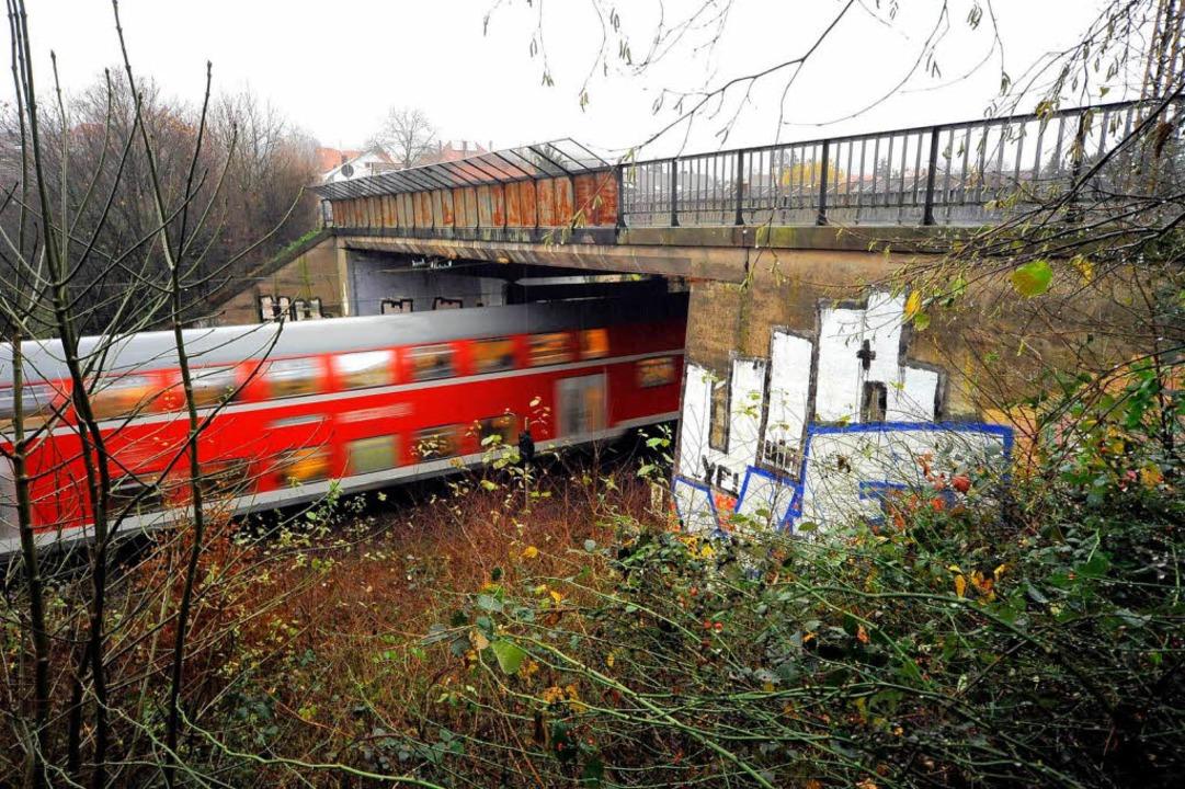 Auch die Brücke über die Höllentalbahn...rstraße ist stark sanierungsbedürftig.    Foto: Thomas Kunz