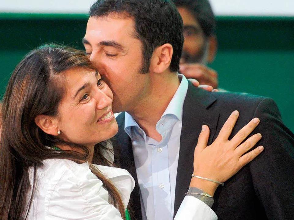 Cem Özdemir bejubelt bei der Bundesdel...l mit seiner Ehefrau Pia Maria Castro.  | Foto: dpa