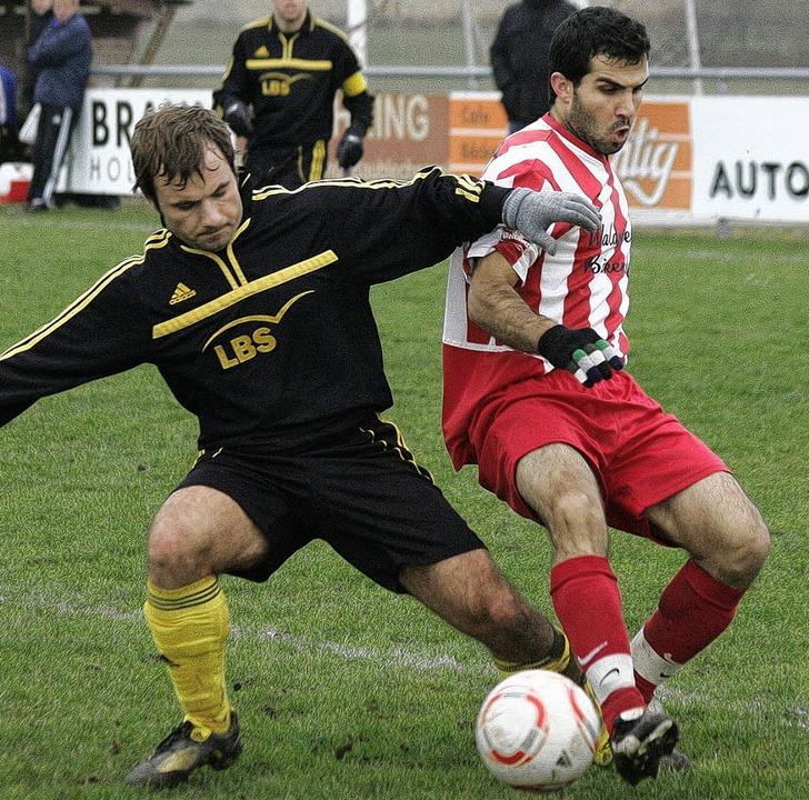 Robust: Sven Isabo vom SV Stühlingen (...haft in Birkendorf gegen Mustafa Sen    | Foto: Michael Neubert