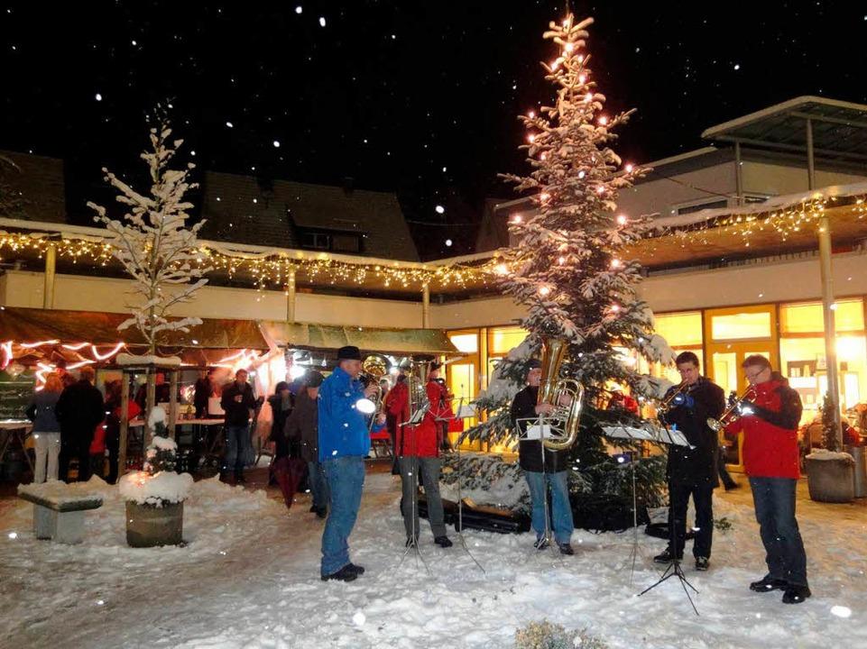 Musik unterm Weihnachtsbaum sorgte für eine schöne Atmosphäre.  | Foto: Silke Hartenstein