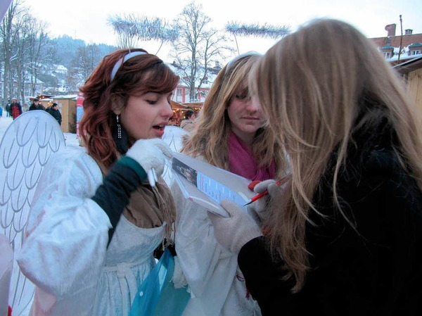Engel fragten Besucher, wie sie auf den St. Blasier Weihnachtsmarkt aufmerksam geworden sind.