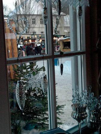 Beim der K�lte war es angenehm, den Markt aus dem Fenster eines begehbaren Standes zu betrachten.
