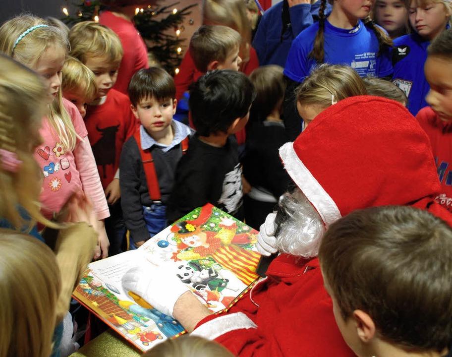 Der Nikolaus weiß die Bewegungsfreude ...inen bei der Adventsfeier zu bremsen.     Foto: Maja tolsdorf