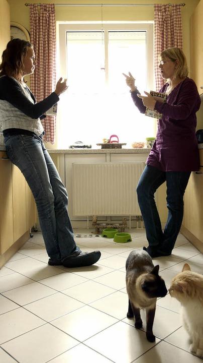 Gespräch ohne Laute: Claudia Mechela (rechts) und Gina Kaszubowski    | Foto: Penny Bradfield