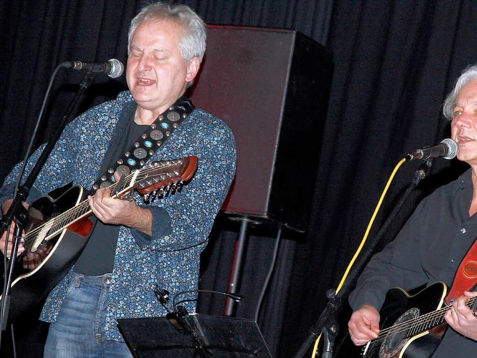 Deyda (links) und Lehmann auf der Bühne des Bürgerhauses Seelbach.    Foto: Heidi Foessel