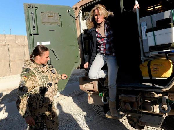 Charmeoffensive oder medialer Gro�angriff? Deutschlands beliebtester Politiker mit vielleicht Deutschlands attraktivster Politikergattin sowie Deutschlands (nach eigener Wahrnehmung) bedeutendster TV-Moderator erobern Afghanistan auf ihre Weise.