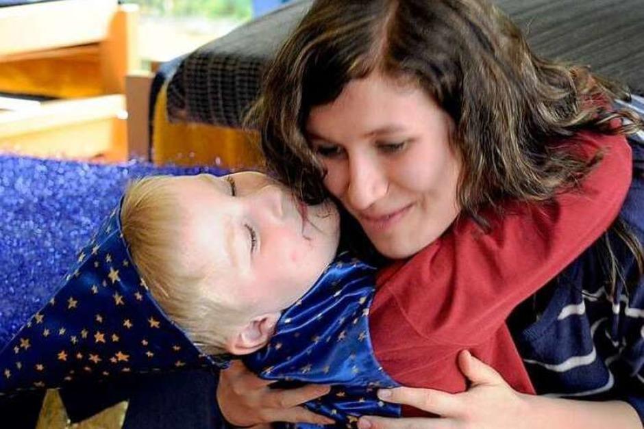 """Die Kinder im Kindergarten Purzelbaum bedanken sich beim Cirkus Harlekin und """"Kinder helfen Kindern"""" für eine Spende über 4100 Euro. (Foto: Ingo Schneider)"""