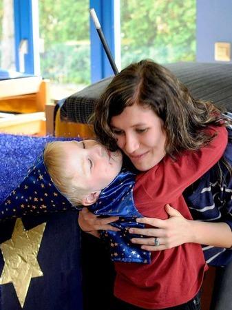 """Die Kinder im Kindergarten Purzelbaum bedanken sich beim Cirkus Harlekin und """"Kinder helfen Kindern"""" für eine Spende über 4100 Euro."""