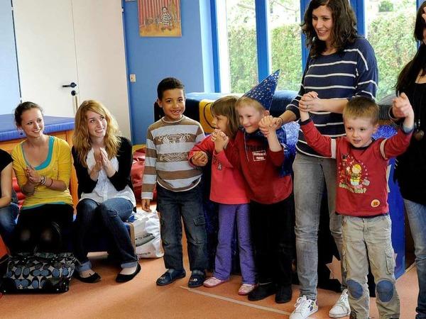 """Die Kinder im Kindergarten Purzelbaum bedanken sich beim Cirkus Harlekin und """"Kinder helfen Kindern"""" f�r eine Spende �ber 4100 Euro."""