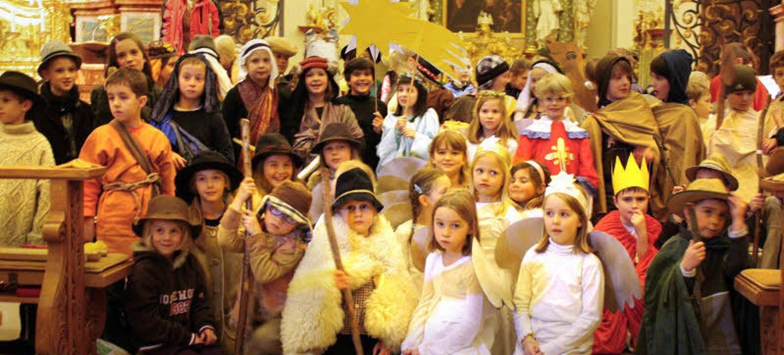 Die Darsteller des Krippenspiels zum 4...-Schule St. Peter in der Pfarrkirche.   | Foto: Monika Rombach