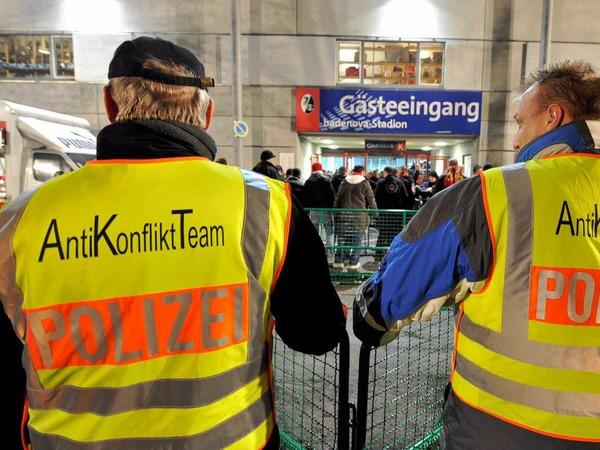 Das  Derby SC Freiburg gegen den VfB Stuttgart gilt als Risikospiel. Entsprechend viel Polizei ist aufgeboten.
