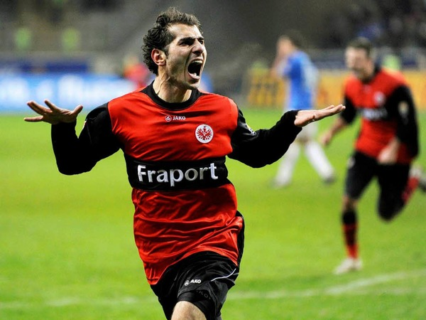 Nackenschlag in der Schlussminute: Durch ein Tor in der Nachspielzeit verliert der SC Freiburg bei der Eintracht in Frankfurt. Hier jubelt Halil Altintop.