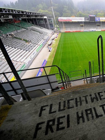 Nach dem Klassenerhalt stehen f�r den SC Freiburg wichtige Weichenstellungen an: Hauptsponsor Duravit ist abgesprungen und Trainer Robin Dutt fordert eine neue Spielst�tte f�r den Sportclub.