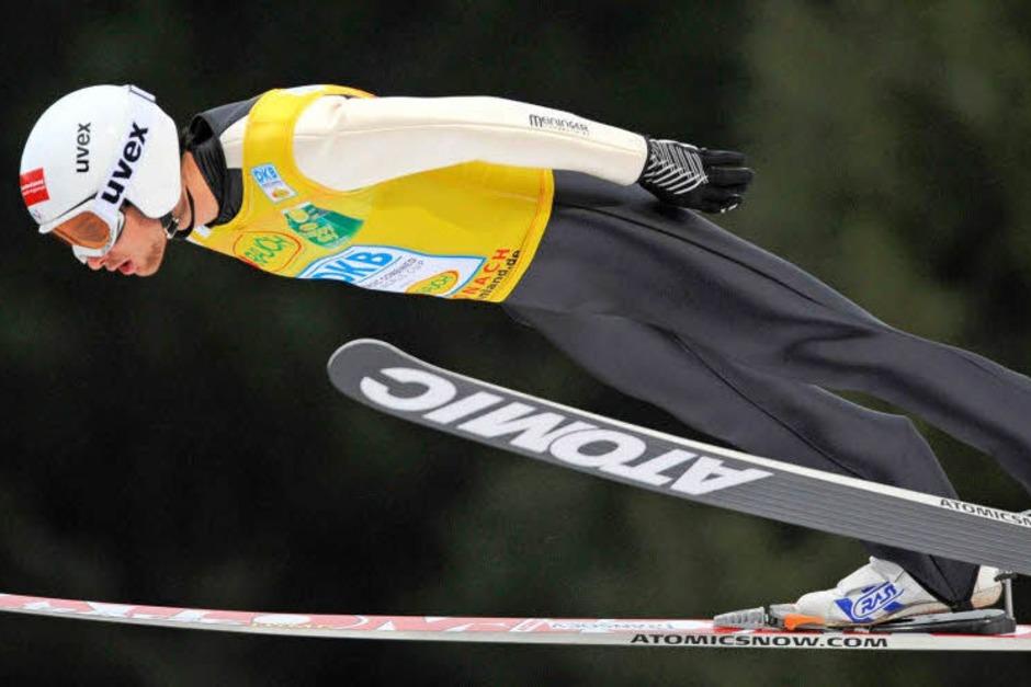 Der Weltcup-Führende Jason Lamy Chappuis (Frankreich) beim Springen. (Foto: dpa)