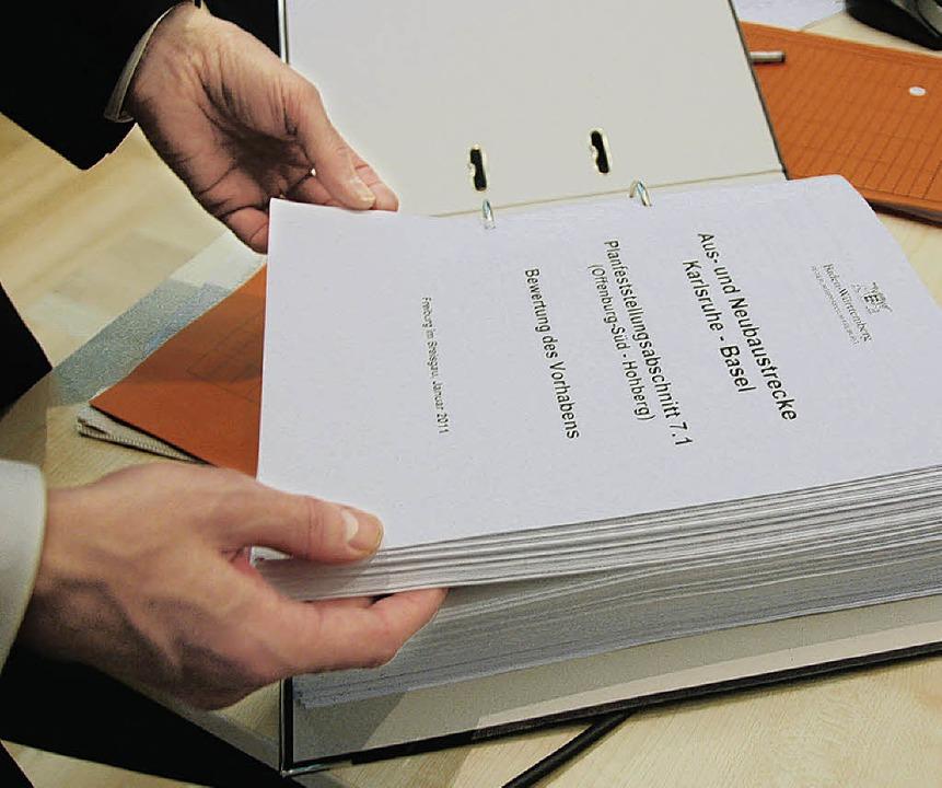 628 Seiten geballte Argumente gegen die A3-Trasse durch Offenburg.   | Foto: Helmut Seller