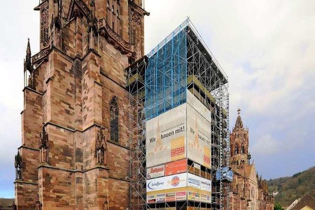 Papst in Freiburg: Gerüst auf der Südseite des Münsters fällt