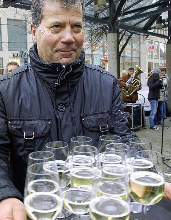 Frei-Sekt für  Bahnprotestler reichte Hugo Haag vom Stadtmarketing.    Foto: Helmut Seller